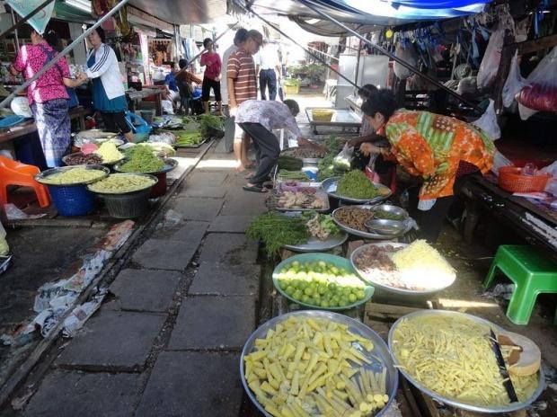maeklong-railway-market-0[2]