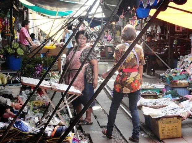 maeklong-railway-market-1[2]