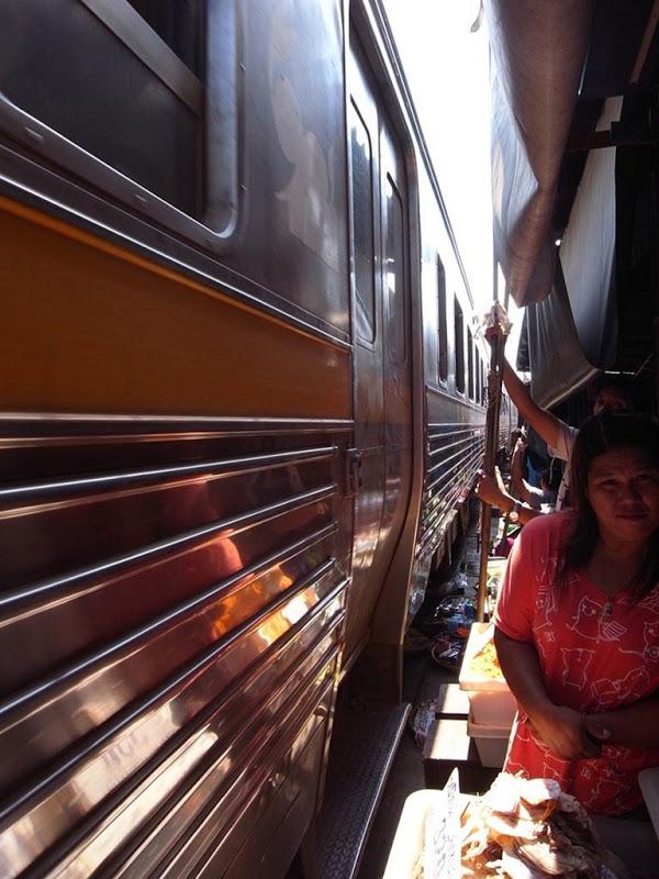 maeklong-railway-market-12[2]