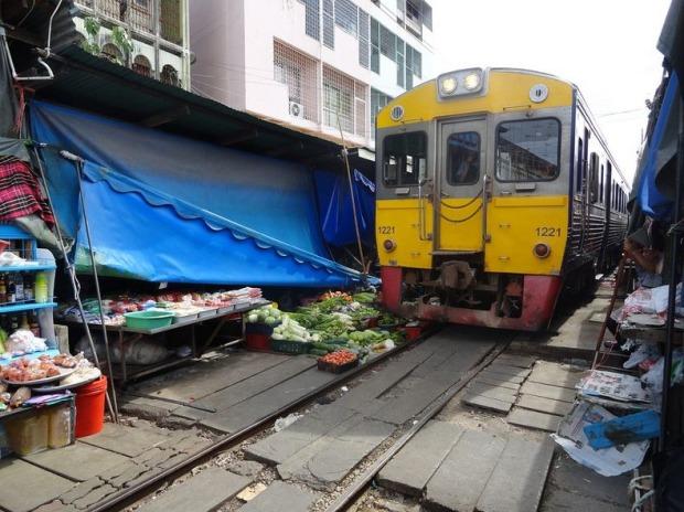 maeklong-railway-market-2[6]