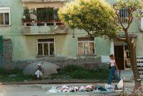800px-Shkodër-apartmentwithbunker-2001
