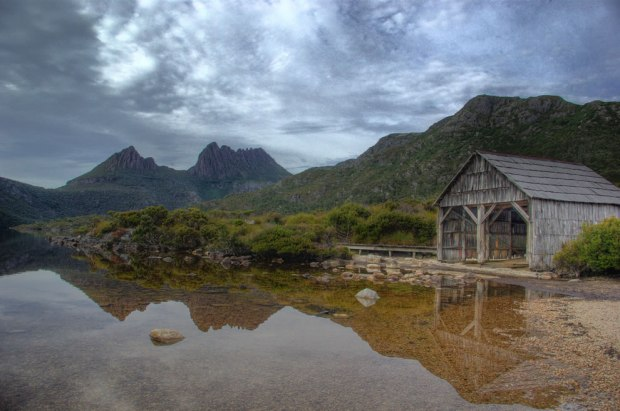 Classic-view-of-Cradle-Mountain-over-Dove-Lake-with-old-boat-shed-in-foreground