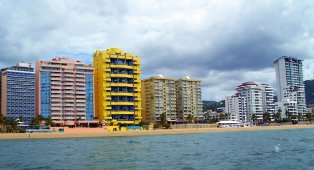 Beach-and-buildings-in-the-area-of-Magallanes-in-Acapulco-Guerrero-México