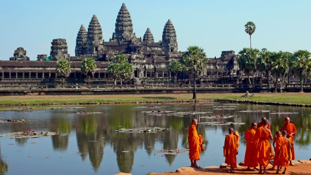 Buddhist-monks-in-front-of-the-reflection-pool-at-Angkor-Wat-Cambodia